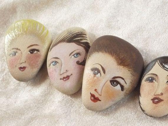 4 bemalte Steine. Kundenspezifisch konfektioniert. von sabiesabi