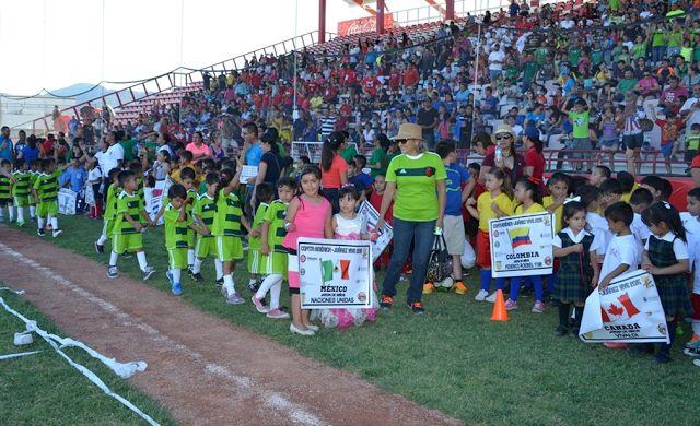 """Esta semana se dio la apertura de la """"Copita América Juárez Vive 2015"""", con 400 niños de diferentes planteles de preescolar, jugando partidos de dos tiempos con duración de 8 minutos, respetando los reglamentos de la Federación Internacional de Futbol. Los juegos iniciarán a partir de las 17:00 horas, en el Complejo de Béisbol Juárez Vive. Te invitamos a disfrutar de este divertido torneo con tu familia. #visitachihuahua"""