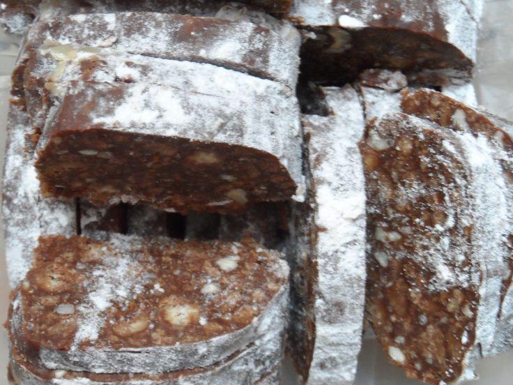 Масло, какао, сахар, ванилин, и сгущёнку выложить в сотейник и, помешивая, на среднем огне довести до кипения.