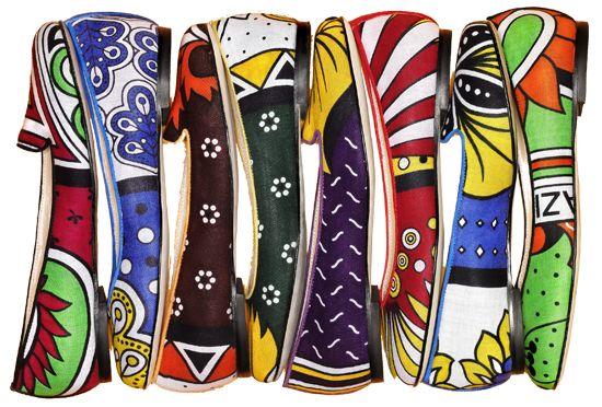 YOU KHANGA guarda la primavera-estate 2015 dall'alto facendo debuttare un sandalo tacco 10cm proposto in 10 varianti colori. Quattro listini di khanga, profilati in pelle...