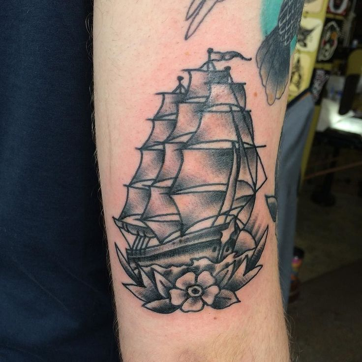 Best 25 Traditional ship tattoo ideas on Pinterest Traditional