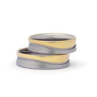 Ref: A 10. Argollas en 2 colores diseño de onda en oro de 18k  *El precio de cada pieza esta sujeto al precio del oro a la fecha de compra y tallas correspondientes.