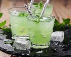 Cocktail au whisky, thé vert, citron et menthe : http://www.cuisineaz.com/recettes/cocktail-au-whisky-the-vert-citron-et-menthe-81992.aspx