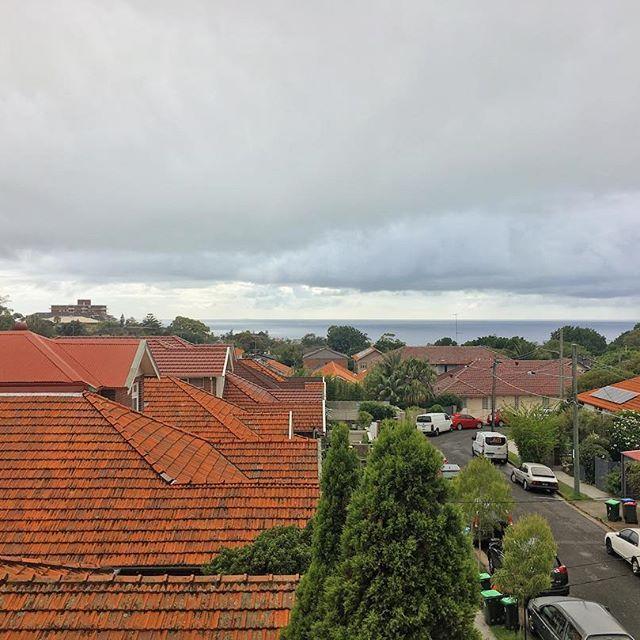 【akilanzala】さんのInstagramをピンしています。 《年明けてから全く晴れない。 #sydney #シドニー #海が見える街 #ファインダー越しの私の世界 #イマソラ #海 #あさひ #朝日 #写真好きな人と繋がりたい》