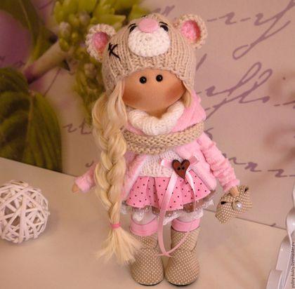 Купить или заказать Ткстилььная куколка-малышка Минки в интернет-магазине на Ярмарке Мастеров. Текстильная куколка-малышка Минки. Рост 28 см., стоит сама. Сшита из кукольного трикотажа. Волосы- кукольные трессы. Одета в вельветовую юбочку, вязаный свитер, шарф и шапочку, плюшевое пальтишко, колготочки, гетры. Сапожки и сумочка замшевые ручной работы.