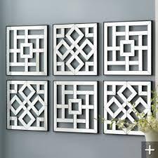 Decoración de apliques arabescos metálicos. Para la pared de recepción.