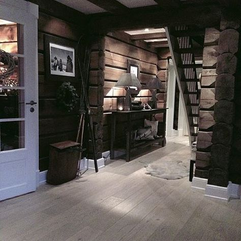 mørke vegger, lyse/grå gulv, hvitmalt listverk, blank