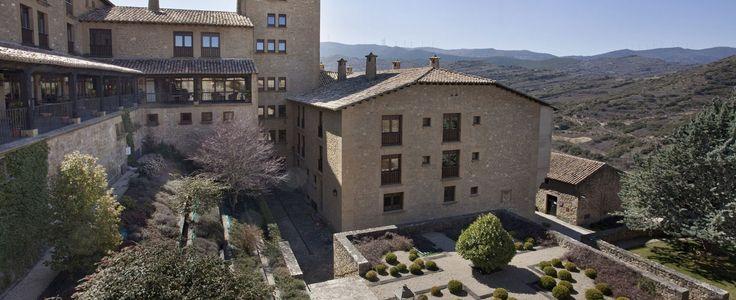 El Parador es un edificio noble de estilo aragonés que conserva el ambiente monumental, histórico y ..