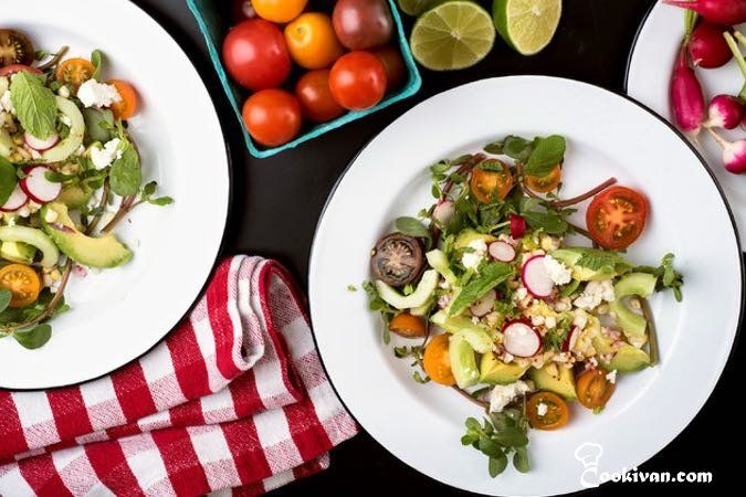 Салат из огурцов с авокадо и кукурузой