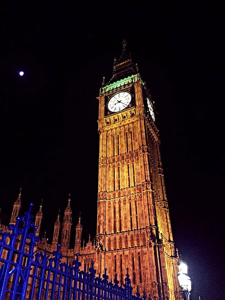 Love London Embankment. Night shot. Big Ben.