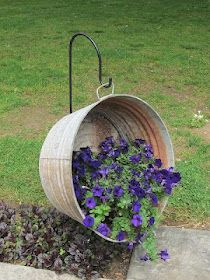 Samplers and Santas: Back in that big saddle    Love this idea!Gardens Ideas, Galvanized Tub, Cute Ideas, Washtub, Wash Tubs, Flower Pots, Hanging Flower, Hanging Planters, Hanging Baskets