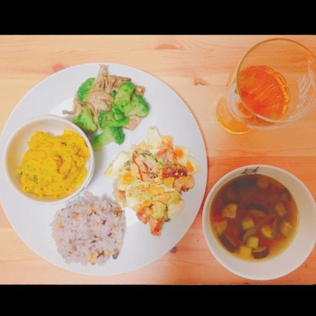 2016/11/10 15:31:38 sayumi.shimohira . . 昨日の ばんごはーーーーん!! (ぐるナイの 「だいごさーーーーん!! 」風) . . ▷雑穀ごはん ▶︎かぼちゃサラダ ▷ブロッコリーとキノコの炒め物 ▶︎アボカドと卵とチキンのサラダ トルティーヤチップス添え ▷具沢山コンソメスープ . . 第1回 おうちごはん シリーズ だなぁ。 . . #cooking#food#instafood#instacook#diet#おうちごはん#さゆみごはん#夕ご飯#料理#健康#ヘルシー#ワンプレート#かぼちゃサラダ#アボカド#アボカドサラダ#卵料理#ブロッコリーキノコ#舞茸ダイエット#流行り#ダイエット#雑穀米#雑穀ごはん  #健康