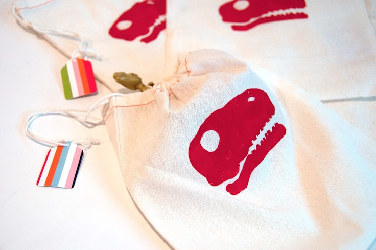 Dinosaur Stencil Treat Bags: Kids Parties, Treats Bags, Aesthetics Nests, Birthday Parties, Diy Crafts, Favors Bags, Dinosaurs Birthday, Dinosaurs Parties, Dinosaurs Treats
