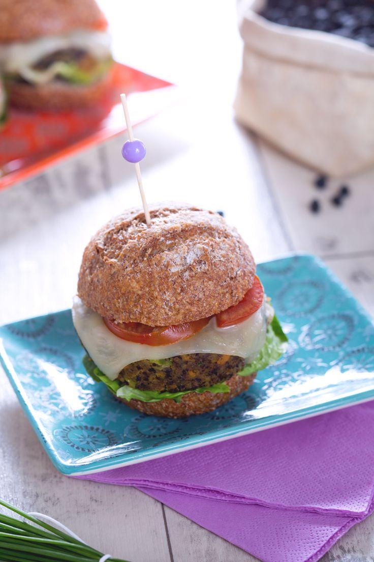 Un panino sostanzioso, colorato e saporito... ma senza carne! Non ci credete? Allora dovete assolutamente assaggiare l'hamburger di #verdure ! ( #vegetables #burger ) #Giallozafferano #recipe #ricetta #streetfood #hamburger #veggie