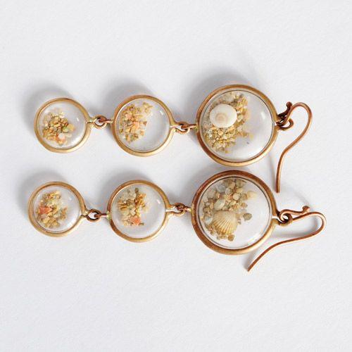 Orecchini della collezione Clessidre della designer Francesca Mo, realizzati con granelli di sabbia incastonati in piccoli oblò.  http://www.coolfashionstyle.it/2014/02/gioielli-di-francesca-mo.html