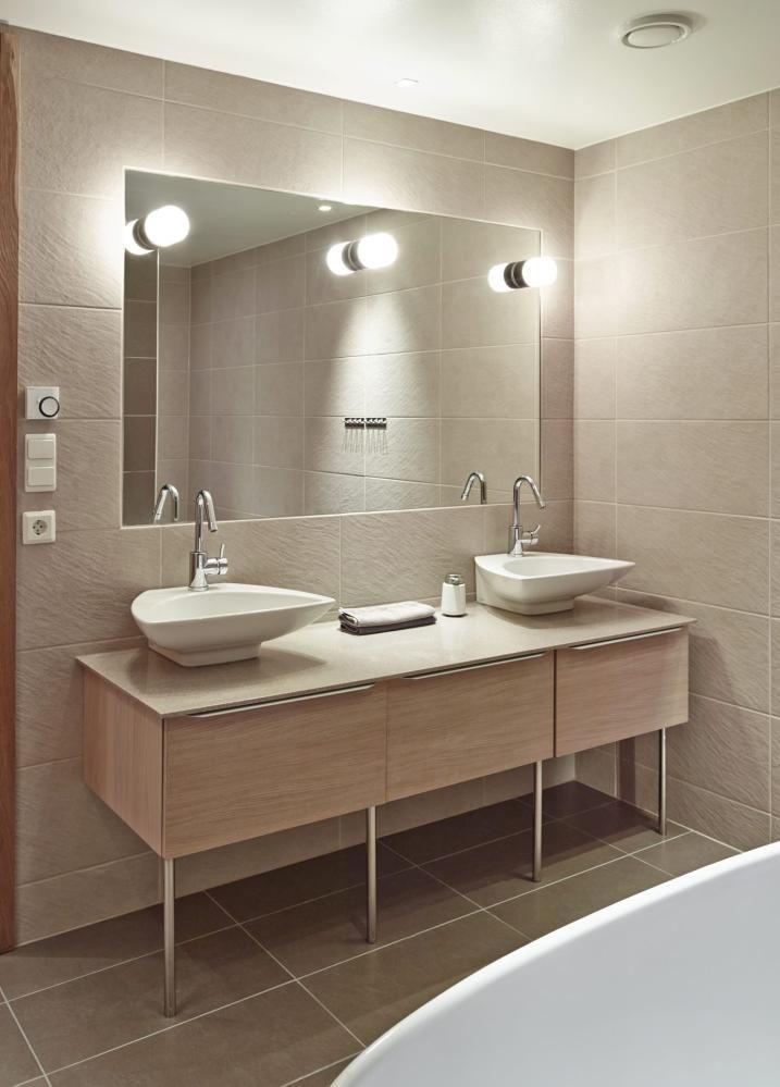 Thygesonsvei 32, interiørarkitekt linda reeves simonsens prosjekt MINIMALISTISK: Til tross for et relativt lite areal, oppleves badet som rommelig og plasseeffektivt. Det er godt med to vasker når man er mange i familien.