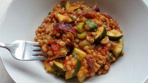 V receptu lze použít jakékoliv kroupy – špaldové, ječné, kamut nebo třeba bulgur. V zimních měsících doporučuji použít rajčata v konzervě, bývají chutnější, než vodnatá rajčata dovezená ze Španělska. Ingredience: 1 hrnek špaldových krup 1 červená cibule Hrst oliv Cca 4 sušená rajčata 1 konzerva drcených rajčat nebo 3 čerstvá rajčata 1 malá cuketa 1 …