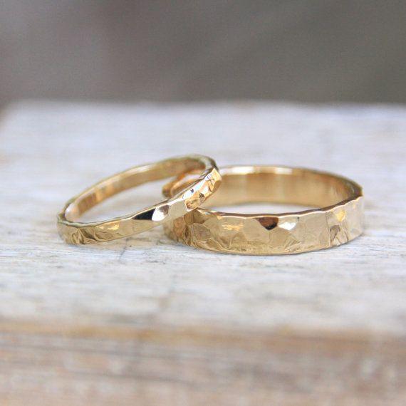 Gehämmert Gold Trauringe 14 k Gold Ring Set / von TorchfireStudio