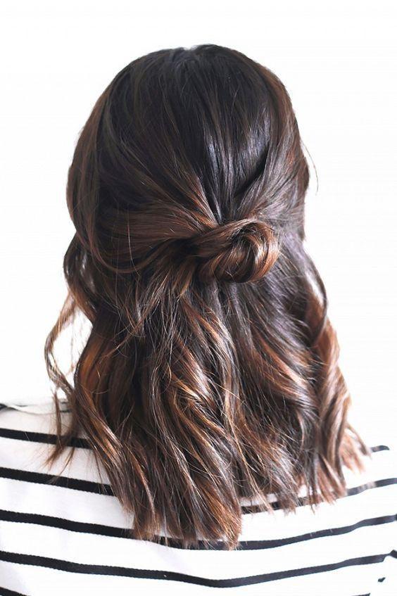Express ou travaillés, les chignons offrent mille idées de coiffures pour les cheveux mi-longs et longs! En voici 15 faciles à réaliser pour se sentir belle les cheveux relevés.
