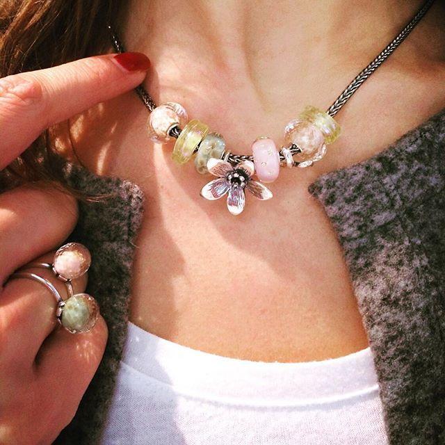 Het pronkstuk van de Voorjaarscollectie is de hanger Anemoon. Hij omarmt je favoriete glaskraal op een armband of op je collier!
