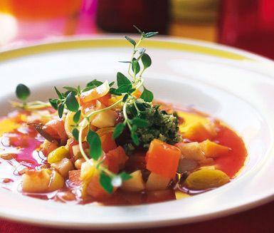 Låt den här underbara provensalska soppan värma dig och ge dig en härlig smakupplevelse. Soppan är full med delikata rotfrukter som morötter, palsternacka, bönor och rotselleri och berikas med intensiva kryddor som lagerblad, timjan och pesto.