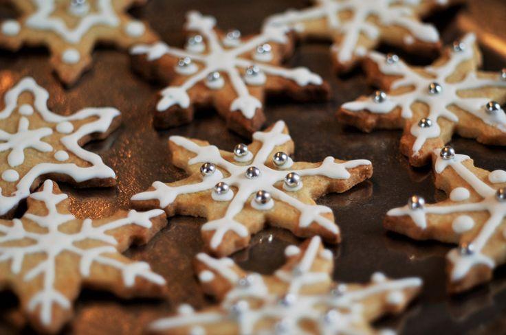 Mit diesem Rezept kann man einfach schnell Plätzchen backen und diese dann auch noch schön verzieren. Dazu gebe ich eine Anleitung für eine Eiweißglasur (royal icing) die jeden Keks besonders macht.