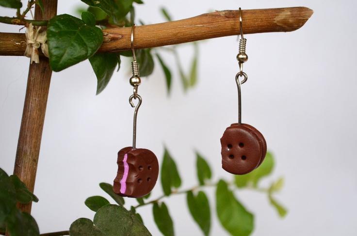Aros galletas de chocolate con relleno lila, ganchos de fantasía $3000.  #earring #cookies #galletas #aros #jewerly #accesorio