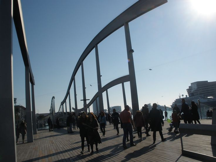 foto di un percorso pedonale sul lungomare di Barcellona