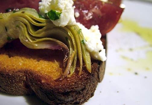 Bruschette con carciofi e bresaola