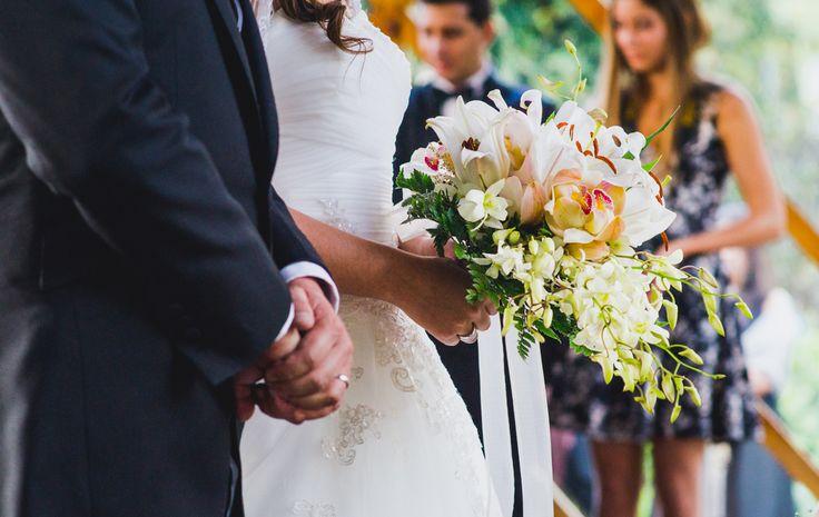 En la ceremonia de la boda con los novios