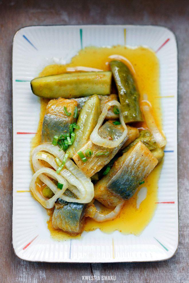 Śledzie w curry z ogórkiem konserwowym