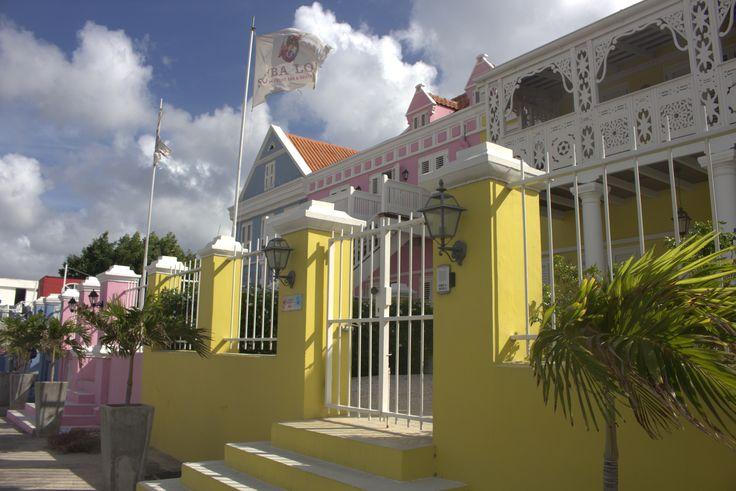 Slapen in een bijzondere accommodatie tijdens je Curaçao vakantie? Namsnotes geeft tips over leuke boutique hotels op Curaçao. #curacao #hotels #holidaystay #bijblauw #pietermaaiboutiquehotels #pietermaai #scubalodge
