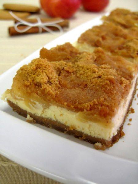 Μια εύκολη συνταγή για ένα λαχταριστό γλυκό. Μηλόπιτα cheesecake. Ένας απίθανος και υπέροχος συνδυασμός με καραμελωμένα μήλα πάνωσε ανάλαφρη τυρόκρεμα. Έν