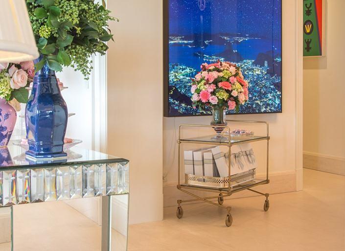 Décor hall de entrada com barrinho bar e aparador de espelho, estilo clássico de Tamara Rudge.