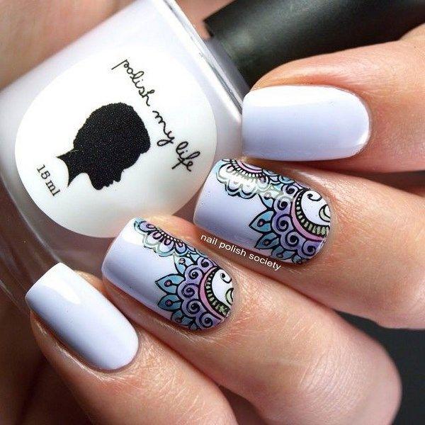 decorando uñas blancas con estapado
