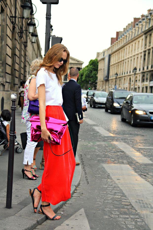 Renkli, metal görünümlü her şey bu sezon moda. Peki bu trendin çantada uygulanışı nasıl sizce?