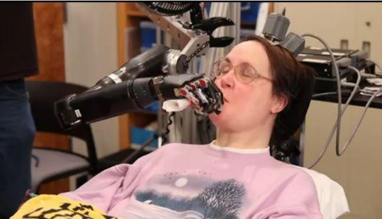 Vidéo: Un nouveau bras robotisé contrôlé par la pensée