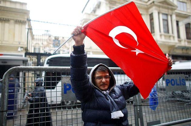 Mezi Tureckem a Nizozemskem vypukla během víkendu diplomatická roztržka. Zatímco nizozemská policie v noci rozehnala demonstranty, kteří se zastávali turecké ministryně dříve vykázané úřady ze země, Turci na oplátku uzavřeli nizozemské velvyslanectví v Ankaře. Turecký prezident Recep Tayyip Erdogan navíc vyzval mezinárodní organizace, aby uvalily na Nizozemsko sankce.