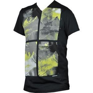 Arata-le celorlalti latura ta rebela purtand tricoul Color of Lust. Este de culoare neagra si are chipul unei femei imprimat frontal. Este confectionat din 100% bumbac.