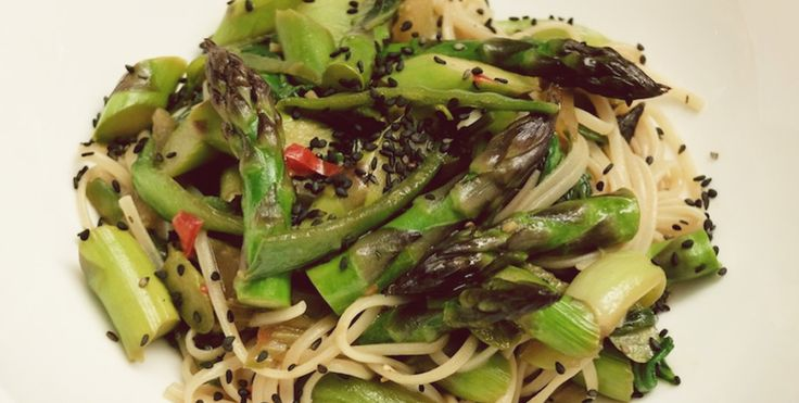 Makaron z brązowego ryżu z brokułem, szparagami, selerem naciowym, chili i sezamem | Eksperymentuj z szefem