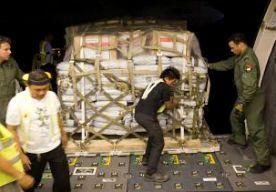 16-Nov-2013 18:23 - HULPGOEDEREN VAST OP FILIPIJNEN. Het lukt voorlopig niet om de hulpgoederen die de samenwerkende hulporganisaties naar de Filipijnen hebben gestuurd in het rampgebied te krijgen. De ingevlogen spullen staan in vrachtwagens klaar om met een veerboot naar het getroffen eiland Leyte gevaren te worden, maar in de havens loopt het vast. Volgens woordvoerder Jos de Voogd van hulporganisatie Cordaid willen vrachtwagenchauffeurs de overtocht niet maken, omdat ze vrezen dat hun...