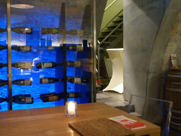 Wijnopslag als muurdecoratie. Let ook op het grbuik van beton en glas in deze eeuwenoude kelder van wijnbar R55 te Maastricht