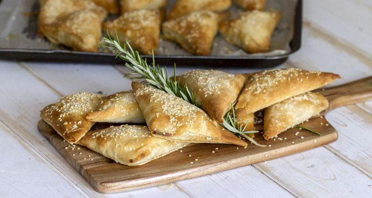 Κοτοπιτάκια από τον Άκη Πετρετζίκη. Νόστιμα και εύκολα κοτοπιτάκια με τραγανό φύλλο και ελαφριά γέμιση με αρωματικά κομμάτια κοτόπουλο,τυρί κρέμα,μουστάρδα!!