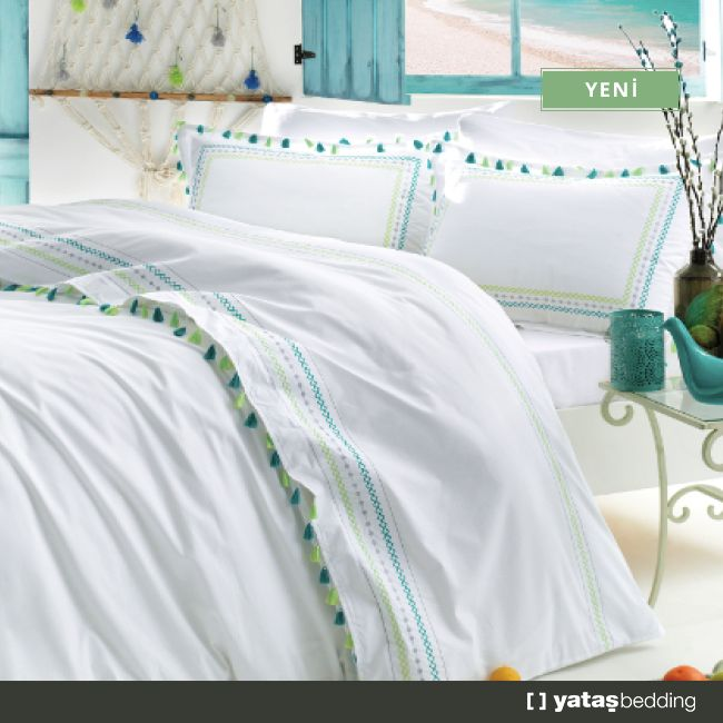 Tassel Nevresim Takımı; beyaz, mavi ve yeşil tonlarını püskül temasıyla birleştirirken, ferah bir atmosfer yaratmanıza olanak sağlıyor.