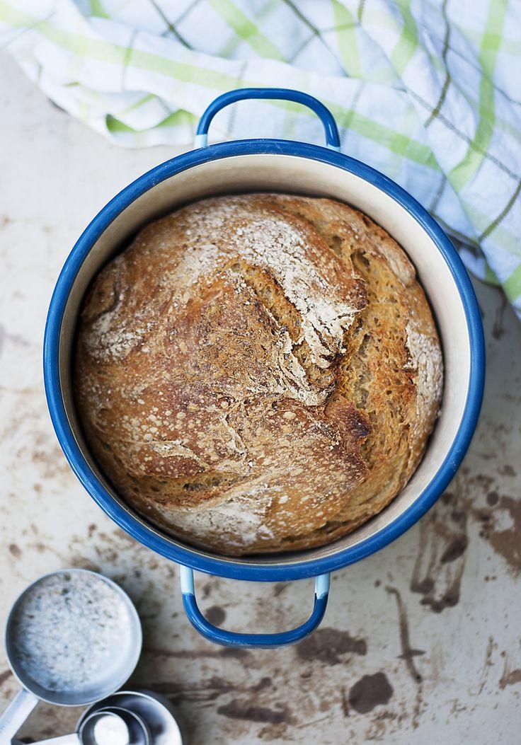 Det här är ett riktigt lättbakat bröd som blir sådär snyggt och rustikt som på bagerierna. Hemligheten är kastrullen den gräddas i och en hel del jästimmar. När bröd får jäsa såhär...