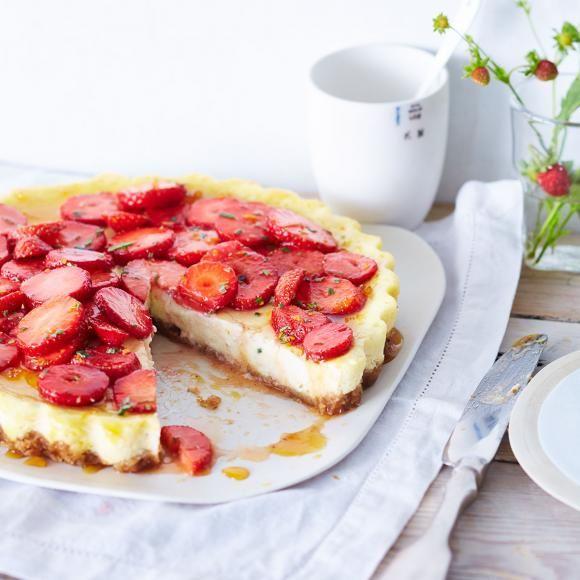 Rezept: Ricotta-Cheesecake mit Rosmarin-Erdbeeren