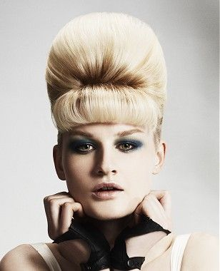 Un mezzo bionda dritto colorato alveare taglio di capelli platino updo da Hensmans