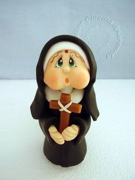 Santas com características infantis modeladas em biscuit, sem moldes, totalmente manual. Acompanha sua oração. Esta santinha tem 11 cm de altura. R$ 21,80