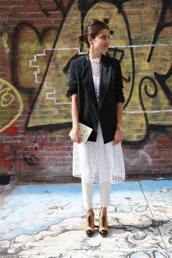 NYのおしゃれブロガーLeandra Medine(レアンドラ・メディーン)さん。レースの透け感を活かしたシックな装いです。バランス良くきまっていますね。