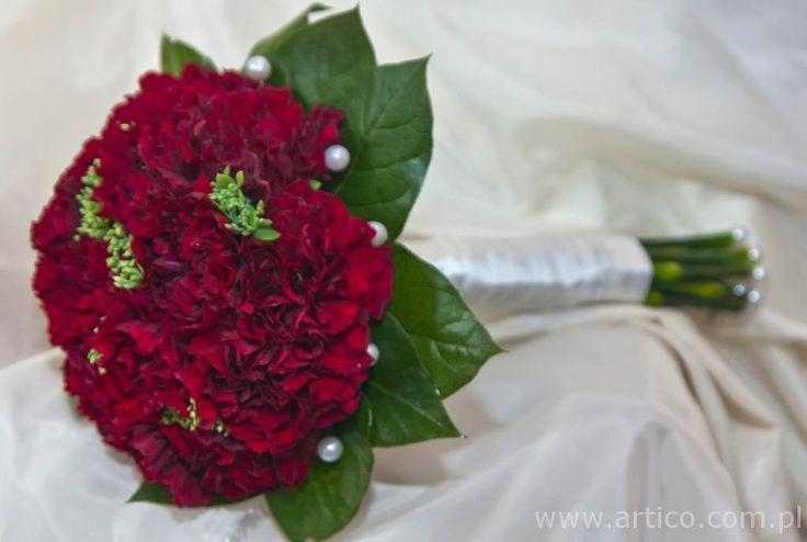 Zjawiskowy bukiet ślubny z czerwonych goździków #goździki #bukiet #ślubny #czerwony  https://www.artico.com.pl, www.facebook.com/artico.kwiaty